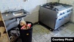Bucătăriile arată condițiile jalnice în care trăiesc solicitanții de azil din Timișoara.