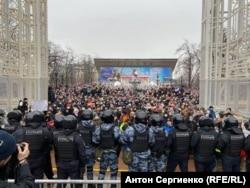 Москва шаарындагы демонстранттардын бир бөлүгү. 2021-жылдын 23-январы.