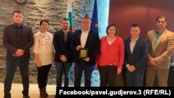Павел Гуджеров (в средата) позира с наградата от Националното сдружение на общините в република България