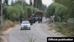Жалал-Абадта жүрген Қырғызстан ішкі істер министрлігінің қызметкерлері.