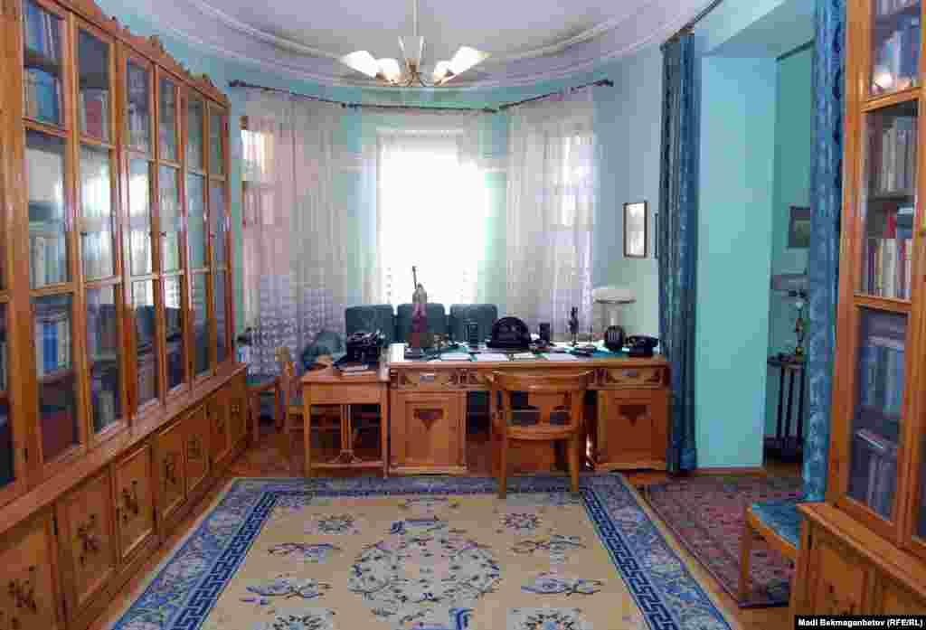 В этой комнате Мухтар Ауэзов написал третий и четвертый том романа-эпопеи «Путь Абая».