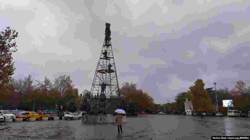 Незважаючи на дощ, на площі Нахімова встановлюють новорічну ялинку