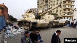 محتجون يصلّون أمام الدبابات