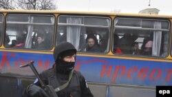 Pripadnik EULEX policije obezbeđuje dolazak pravoslavnih vernika na proslavu Božića u Mitrovici, 07. januar 2009.