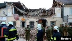 Военни и спасителни екипи сред развалините в Петриня.
