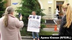 Светлана Жидких во время пикета