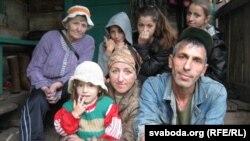 Ірына і Гела з дочкамі і бабуляй Тацянай (архіўнае фота)