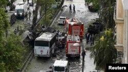 Стамбулда бомба жарылысынан қираған автобус. Түркия, 7 маусым 2016 жыл.