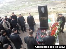 Dostları Rafiq Tağının məzarını ziyarət edir, Bakı 2 yanvar 2012