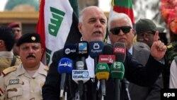 Иракский премьер Хайдер аль-Абади выступает с речью на базе Хаббания неподалеку от Рамади, провинция Анбар, 8 апреля 2015 года.