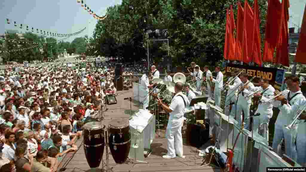 Американський корабельний оркестр на площі Нахімова грав незвичний для севастопольців, які звикли до маршів, джаз