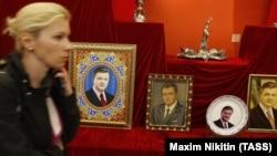 Slike bivšeg ukrajinskog predsjednika Viktora Janukoviča u Nacionalnoj galeriji u Kijevu (2014.)