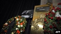 Во время семейной церемонии в крематории в Праге. 23 декабря 2011 г.