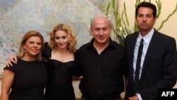 بنیامین نتانیاهو (نفر دوم از راست) همراه با مادونا و سارا نتانیاهو