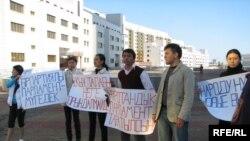 Группа студентов проводит акцию протеста с требованием роспуска казахского парламента. Астана, 9 сентября 2009 года.