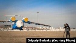 Военный самолет Ан-72 за несколько дней до крушения. Алматы, 25 ноября 2012 года. Фото Григория Беденко.