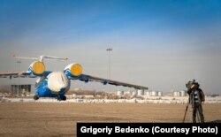 Военно-транспортный самолет Ан-72 погранслужбы Казахстана незадолго до авиакатастрофы. Фото сделано 25 ноября 2012 года в Алматы журналистом Григорием Беденко.