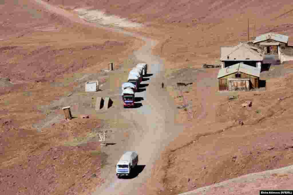 Азык-түлүктү Памир кыргыздарыүч күндөп жол жүрүп, Вахандан алып келишет.