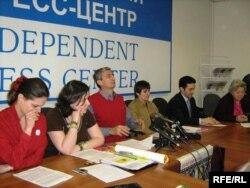 Наталья Юдина (первая слева) и другие российские правозащитники.