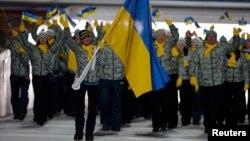 Досвідчена українська лижниця Валентина Шевченко (на першому плані) була прапороносцем збірної на церемонії відкриття Олімпіади, Сочі, 7 лютого 2014 року