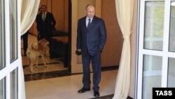 Vladimir Putin (sağda), köməkçisi Yury Ushakov və Yume adlı iti