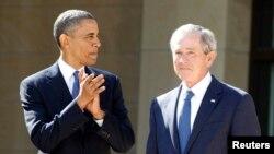 Preşedintele Barack Obama îl aplaudă pe ex-preşedintele George W. Bush, la ceremonia de deschidere ce centrului prezidenţial George W. Bush la Dallas, 25 aprilie 2013