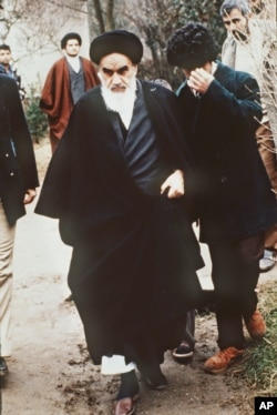 آیتالله خمینی در محل اقامتش در حومه پاریس