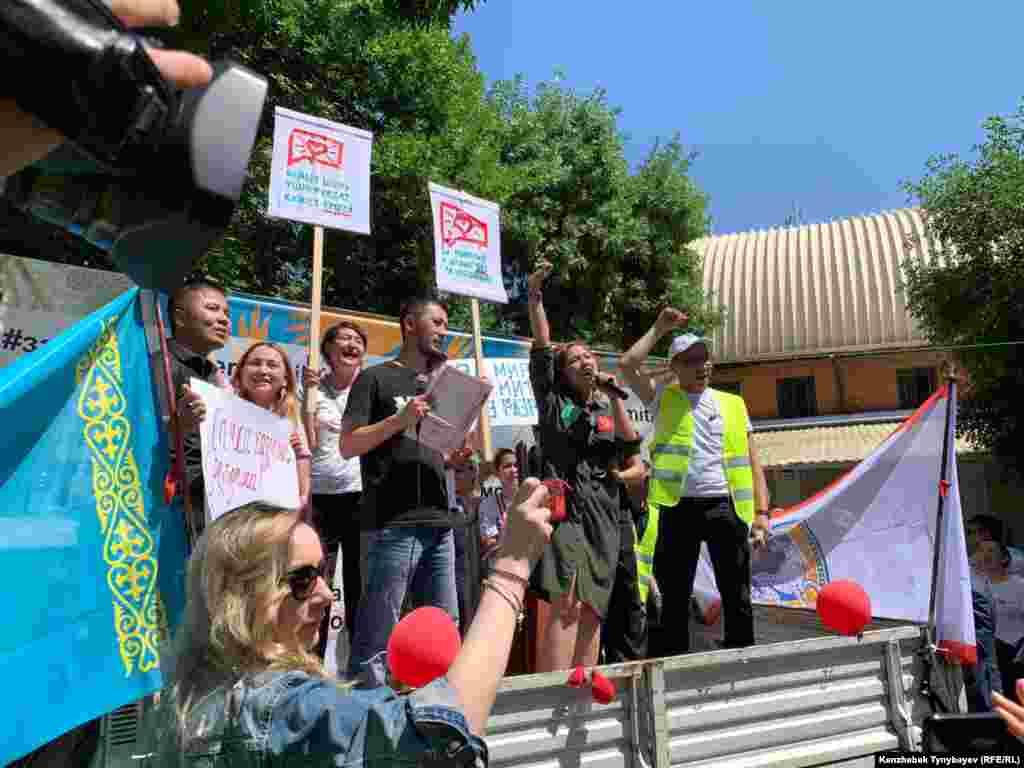 Для проведения митинга было отведено два часа. Организаторы призвали выступавших соблюдать регламент, емко и лаконично выражать свои мысли.