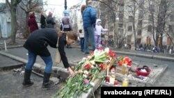 """Люди оставляют цветы в память о погибших активистах """"Евромайдана"""". Киев, 21 февраля 2014 года."""