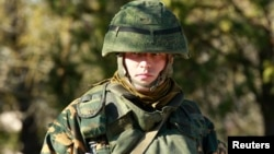 Російський солдат на території української військової частини в Євпаторії, 5 березня 2014 року