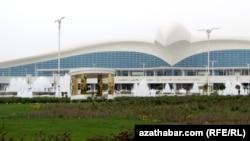 Новый аэропорт в виде парящего сокола в Туркменистане.