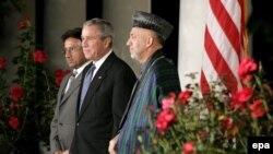Перед трапезой Буш вывел своих гостей на крыльцо Белого дома
