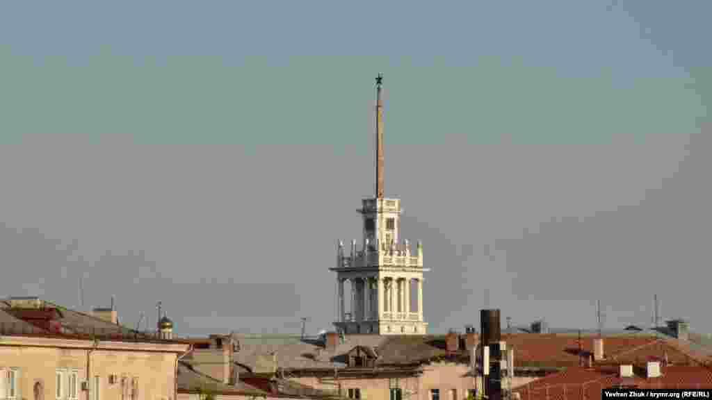 З цього ракурсу вежу Матроського клубу мало хто бачив