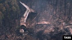 Обломки самолета Ил-76 на месте крушения в Иркутской области России. 3 июля 2016 года.