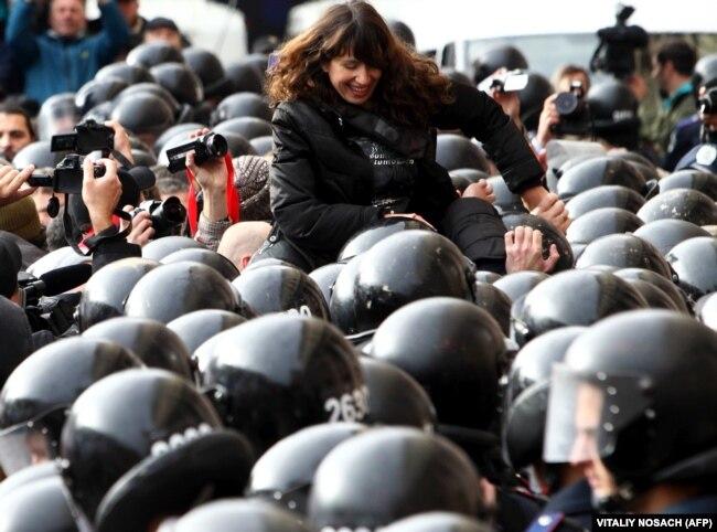 Популярна українська журналістка Тетяна Чорновол під час акції протесту опозиції проти режиму президента Віктора Януковича, 2 жовтня 2013 року