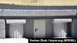 Колонны у входа в подвал в доме №1 по Курчатова
