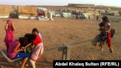 Сириялық босқындар лагері маңында ойнап жүрген балалар. Ирак, 8 маусым 2012 жыл.