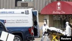 Medicinski radnici preuzimaju tijela iz staračkoog doma Andevor Subucute, New Jersey, 16 april 2020.
