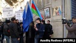 """Бакинские активисты проводят акцию протеста у посольства Ирана, требуя """"невмешательства Ирана во внутренние дела Азербайджана""""."""
