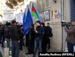 «Әзербайжанның ішкі ісіне Иранның араласпауын» талап етіп Бакудегі Иран елшілігіне келген әзербайжандық белсенділер. 9 ақпан 2011 жыл.