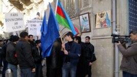 Бакинские активисты проводят акцию протеста у посольства Ирана, требуя 'невмешательства Ирана во внутренние дела Азербайджана'.