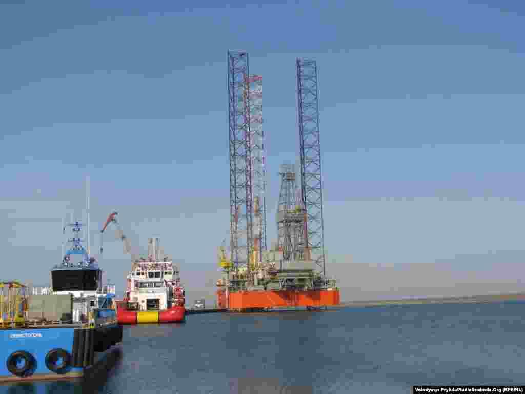 Разом із самопідйомною плавучою буровою установкою «Петро Годованець» «Чорноморнафтогаз» придбав кілька технологічних суден і катерів для її обслуговування.