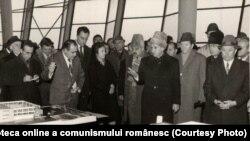 21 decembrie 1976. Vizitând o expoziţie consacrată noutăţilor în domeniul construcţiilor şi materialelor de construcţii. Fototeca online a comunismului românesc; cota:365/1976