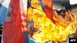 Vojislav Šešelj pali zastavu Hrvatske ispred Veleposlanstva Hrvatske u Beogradu, kolovoz 2015.