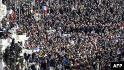 В Париже люди собираются на площади Республики для участия в марше памяти жертв терактов последних дней, 11 января 2015