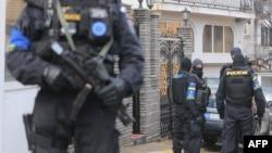 Policët e misionit EULEX para shtëpisë së Ukë Rugovës