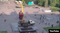 Украинадағы Ленин ескерткіштерінің бірін құлату сәті.