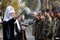 Патріарх Української православної церкви Київського патріархату Філарет благословляє бійців Національної гвардії України