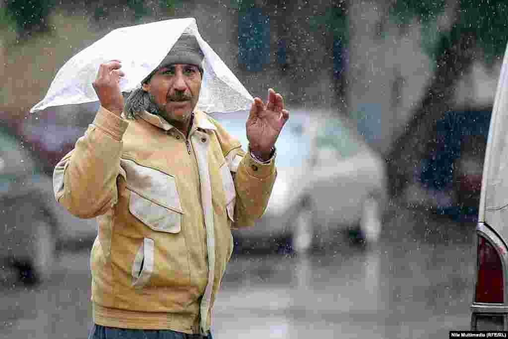 Ситный дождь — мелкий дождь, как будто «просеянный сквозь сито»