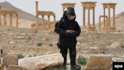 Ruski vojnik u Palmiri traži mine, ilustrativna fotografija